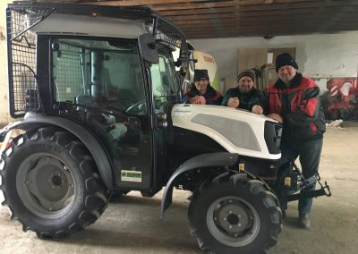 11.3. 021, předání nového traktoru LAMBORGHINI SPRINT 50 na obci Ždírec u Jihlavy. Na snímku přebírá traktor místostarosta obce p. Pavlík s obsluhou.